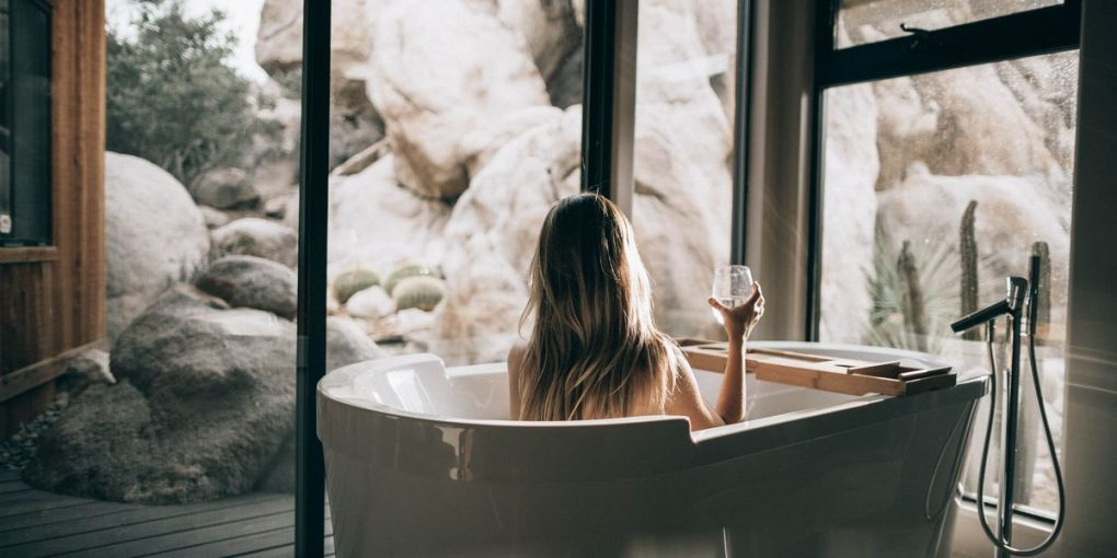 Womanin bath tub - A summary of cosmetics without microplastics