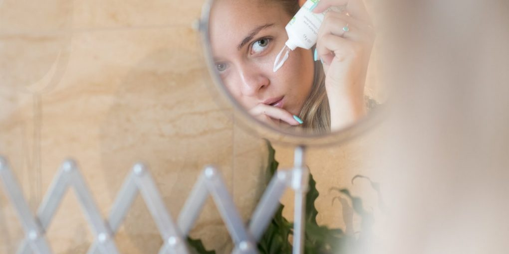 Alcohol-Free Moisturizer for sensitive Skin: Woman in the bathroom mirror